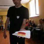 Student prezentujący serce z masy solnej