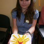 Studentka prezentująca słońce z masy solnej