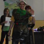 Ekologia - student ubrany w strój z worka na śmieci, gazety i bibluły