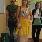 Ekologia - student i studentka ubrani w stroje z materiałów poddawanych recyclingowi