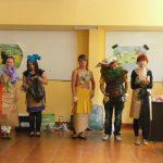 Ekologia - studenci w strojach przygotowanych z surowców wtórnych