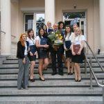Pedagogika przedszkolna i wczesnoszkolna - studenci z promotorem dr Michałem Korbelakiem przed budynkiem przy ul. Waryńskiego