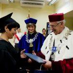 Rektor wręcza dyplom ukończenia studiów absolowentce, obok Dziekan Wydziału Nauk Społecznych