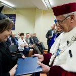 Rektor wręcza dyplom ukończenia studiów absolowentce
