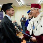 Absolwent Zarządzania odbiera dyplom z rąk Rektora