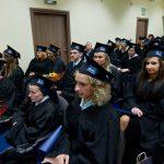 Wyróznienie absolwenci w togach i biretach