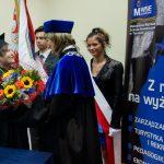Mgr Gertruda Gałek wręcza kwiaty Dziekan dr Renacie Smoleń