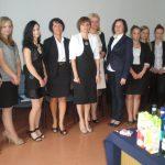 Zarządzanie i administracja publiczna - studenci z promotorem dr Renatą Żabą-Nierodą oraz dziekan dr Jolantą Staniendą