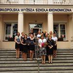 Grupa studentów pedagogiki wraz z promotorem dr Wacławem Srebro i członkami komisji egzaminacyjnej dr Renatą Smoleń i dr Łucją Reczek-Zymróz na schodach przed budynkiem MWSE