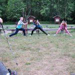 Trzy studentki wykonują ćwiczenia rozciągające