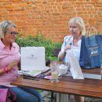 mgr Marta Falińska oraz p. Barbara Sochal siedzą przy stole