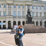 Studentki z koła naukowego przed pomnikiem Mikołaja Kopernika w Warszawie