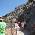 Kreta - turyści idą drogą przy skałach