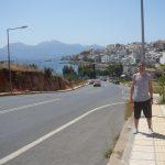 Student stoi przy ulicy ciągnącej się wzdłuż nabrzeża