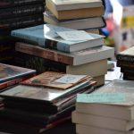 Książki ułożone w stosy