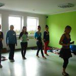 Pięć kobiet i instruktorka podczas nauki kroków salsy