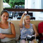 Troje studentów przy stoliku w kawiarni