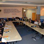 Uczestnicy Konferencji oraz beneficjenci programu przy półkoliście ustawionym stole konferencyjnym