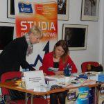 Panie Karolina Chrabąszcz i Lucyna Łabędź przy stoisku MWSE w Wojewódzkim Urzędzie Pracy