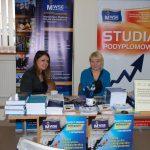 Panie Lucyna Łabędź i Karolina Chrabąszcz przy stoisku MWSE w Powiatowym Urzędzie Pracy
