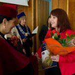 Kanclerz gratuluje wyróżnionej absolwentce