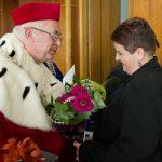 Rektor gratuluje wyróżnionej absolwentce
