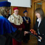 Dziekan dr Renata Smoleń wręcza nagrodę wyróżnionej absolwentce
