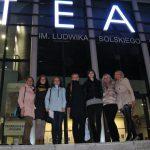 Studenci na schodach tarnowskiego teatru