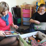 Studentka oraz dr renata Smoleń w gabinecie przeglądają pomoce wykorzystywane przez terapeutę