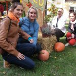 Studentki kucają przed stoiskiem ze zdrową żywnością