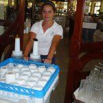 Studentka podczas pracy w hotelowej restauracji