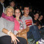 Grupa studentów siedzących na widowni podczas koncertu