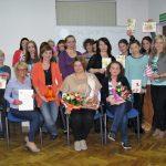 Zdjęcie grupowe uczestników warsztatów prezentujących wykonane prace