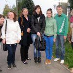 Grupa studentów stojąca na chodniku