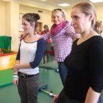 Trzy studentki stoją w sali rehabilitacyjnej