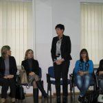 Wicekalncerz Renata Mielak wita uczestników, obok na krzesłach siedzą dziekan dr Renata Smoleń i prodziekan Bożena Niekurzak