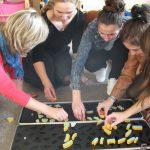 Studentki układają puzzle