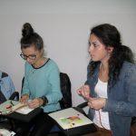 Dwie studentki wykonują kartki metodą quilingu