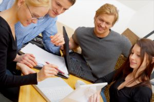 Grupa młodych ludzi - spotkanie w pracy