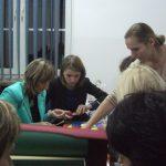 Dziekan dr Renata Smoleń podczas pracy ze studentkami
