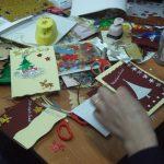 Stół z kartkami świątecznym i materiałami, z których zostały wykonane