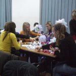 Grupa studentek wykonuje ozdoby świątecznej kusudamy wykonywanej metodą orgiami