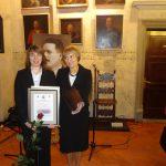 Pani Paulina Baranowska - wyrózniona studentka i dziekan dr Jolanta Stanienda