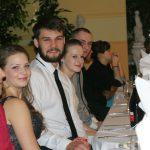 Studenci siedzący przy stole