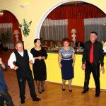 Uczestnicy balu w indywidualnym tańcu