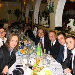 Studenci siedzą przy stole, pomiędzy nimi prof. Leszek Kozioł