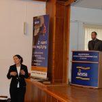 Kanclerz Zofia Kozioł zabiera głos w dyskucji stojąc obok podwyższenia na którym przy mównicy stoi prelegent