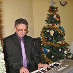 jerzy Bardel gra na keybordzie