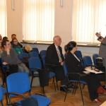 Mgr Witold Zych podczas prezentacji, uczestnicy seminarium w tym kanclerz Zofia Kozioł i kierownik Katedry Finansów i Rachunkowości Wasilij Rudnicki