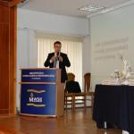 mgr Tomasz Szybalski z Open Finance stoi przy mównicy prowadząc prezentację o sposobach oszczędzania